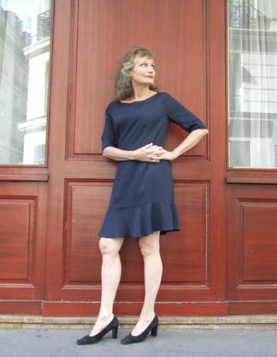 Corinne Corson en pied devant une brasserie à Paris