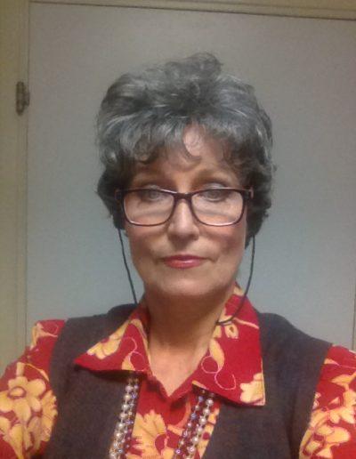 Corinne Corson rôle de grand-mère cheveux gris et lunettes